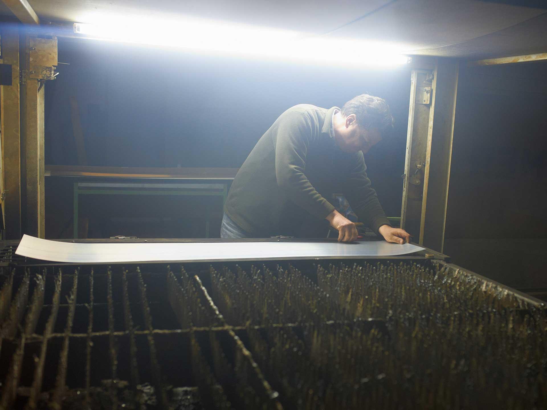 Schlossermeister Teappan bei der Arbeit mit der Laserschneidemaschine